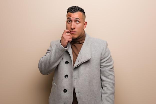 Homem de negócios jovem latina, duvidando e confuso