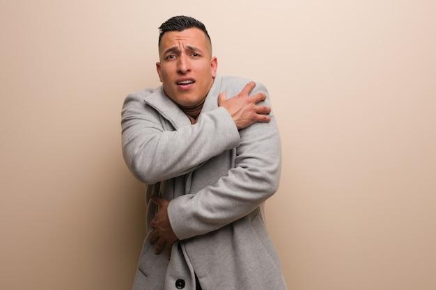 Homem de negócios jovem latina vai frio devido a baixa temperatura