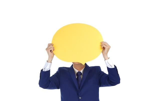 Homem de negócios jovem sorridente asiático feliz segurando um discurso de bolha sorridente mostra emoção, isolado no fundo branco