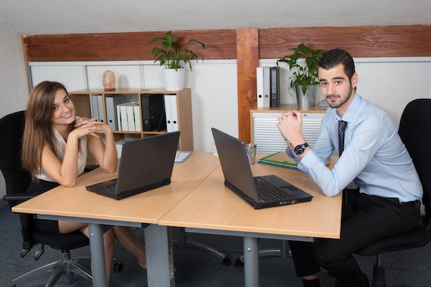 Homem de negócios jovem trabalhando em conjunto com seu colega