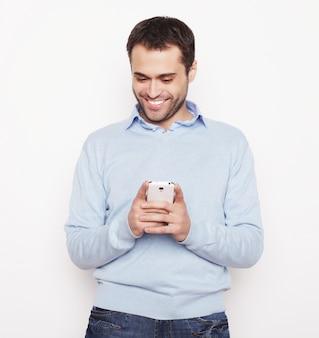 Homem de negócios jovem usando telefone celular