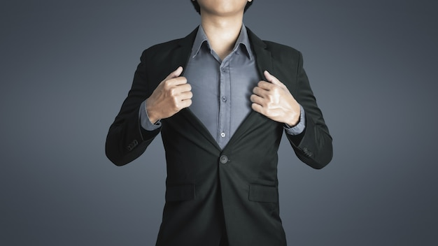 Homem de negócios jovem veste terno preto luxuoso com feliz expressão de sucesso no trabalho e na vida boa.