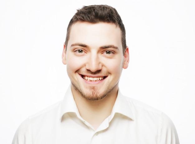 Homem de negócios jovem vestindo camisa branca