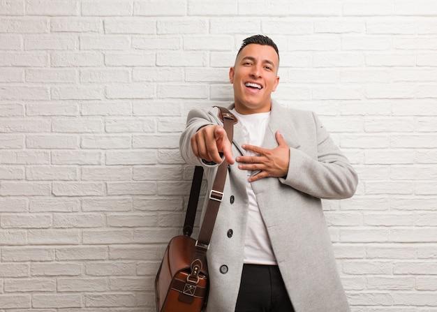 Homem de negócios latino jovem sonha em alcançar metas e propósitos