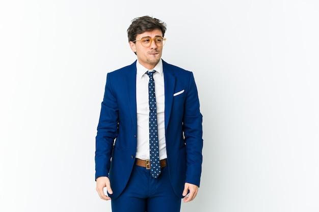 Homem de negócios legal jovem confuso, sente-se em dúvida e inseguro.