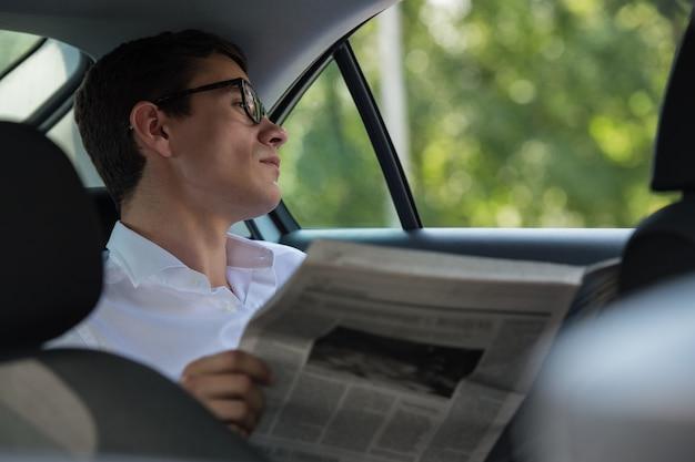 Homem de negócios lendo jornal