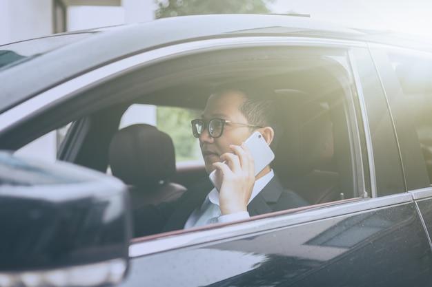 Homem de negócios liga para o carro