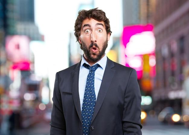 Homem de negócios louco expressão de surpresa
