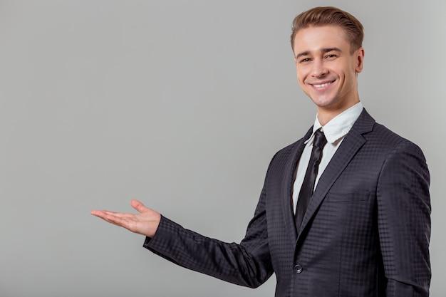 Homem de negócios louro novo atrativo no terno clássico.
