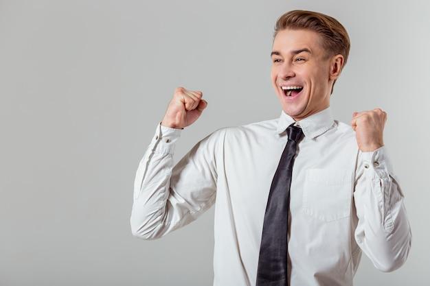 Homem de negócios louro novo na camisa clássica branca.