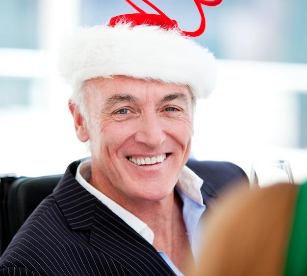Homem de negócios maduro comemorando o natal