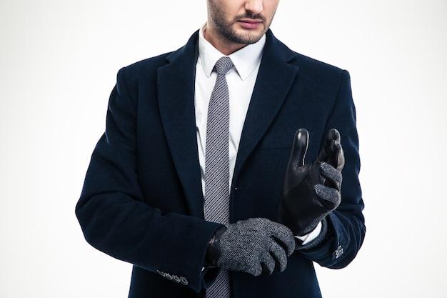Homem de negócios moderno e atraente em terno clássico usando fa