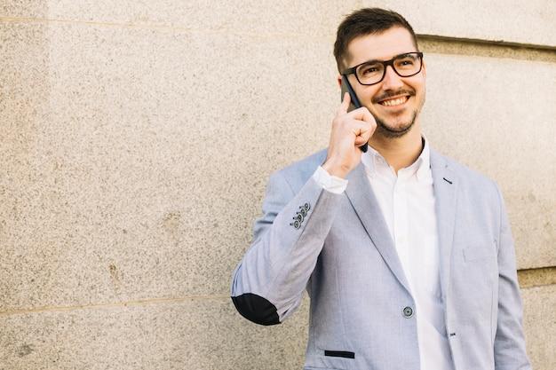 Homem de negócios moderno, fazendo ligação ao ar livre