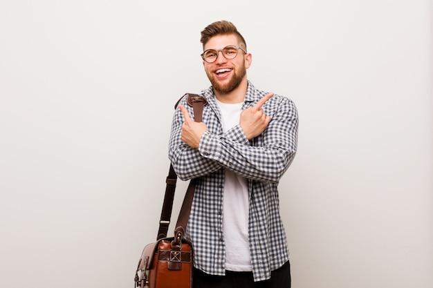 Homem de negócios moderno jovem aponta para o lado