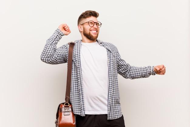 Homem de negócios moderno jovem dançando e se divertindo.