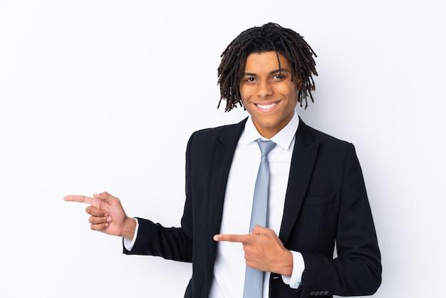 Homem de negócios na áfrica sobre branco