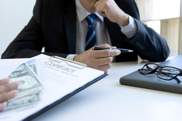 Homem de negócios na mesa de escritório com um pacote de contas