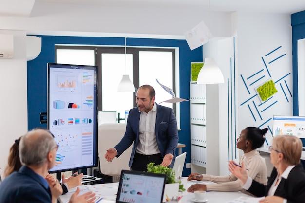 Homem de negócios nervoso brigando em coworking, tendo conflito no local de trabalho, culpando acusados por erros de incompetência no trabalho ruim