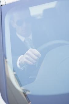 Homem de negócios no banco dos motoristas