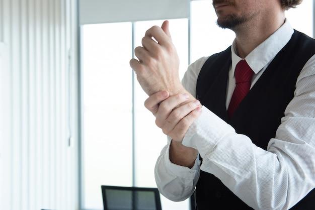 Homem de negócios no escritório usando gel de álcool e esfregar as mãos