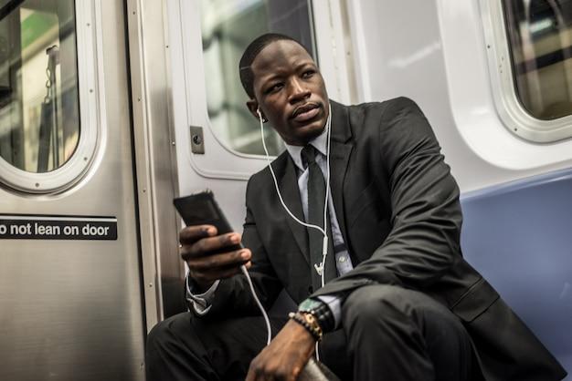 Homem de negócios no metrô