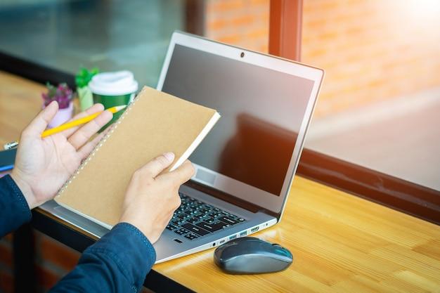 Homem de negócios novo asiático que trabalha em seu portátil. economia digital.