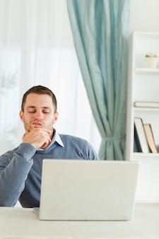 Homem de negócios pensando em seu escritório de casa