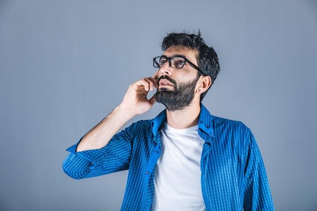 Homem de negócios pensando na parede cinza