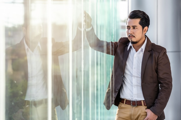 Homem de negócios, pensando no escritório