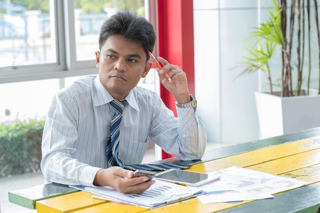 Homem de negócios pensando