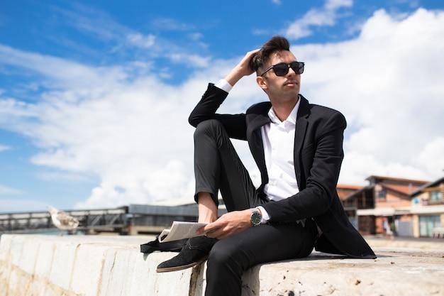 Homem de negócios pensativo bonito que sonha com o futuro