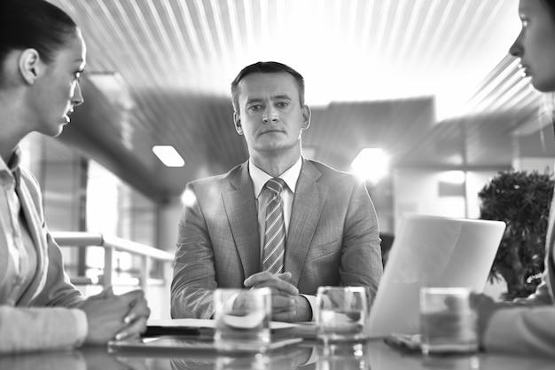 Homem de negócios pensativo em preto e branco