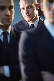 Homem de negócios pensativo em segundo plano
