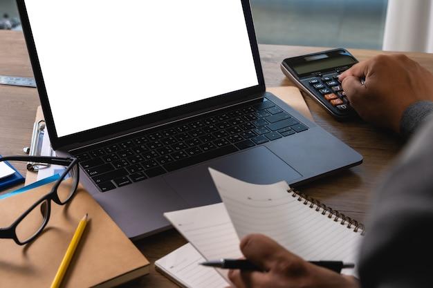 Homem de negócios portátil mão de homem trabalhando no computador portátil na mesa de madeira laptop com tela em branco na tela do computador de mesa