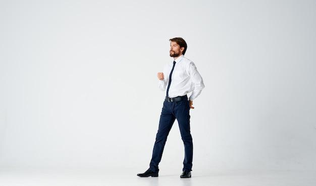 Homem de negócios posando gerente estúdio luz de fundo profissional