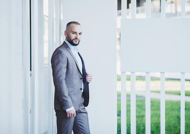 Homem de negócios positivo bonito atraente