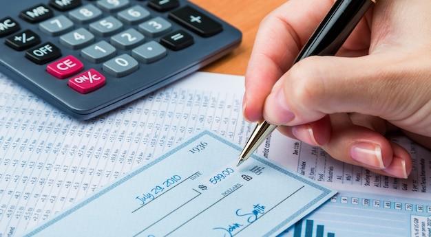 Homem de negócios, prepare-se para preencher um cheque de antecedentes