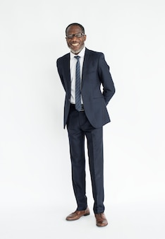 Homem de negócios preto em pé sorrindo retrato