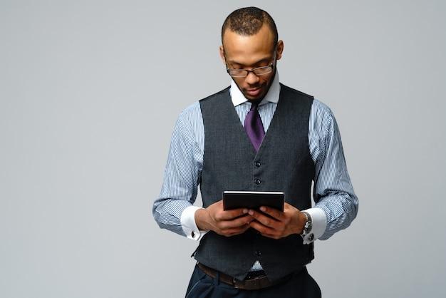 Homem de negócios profissional afro-americano segurando o tablet pc.
