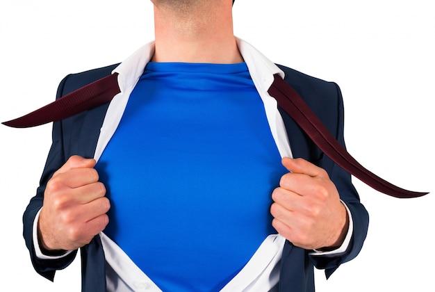 Homem de negócios que abre seu estilo de super-herói