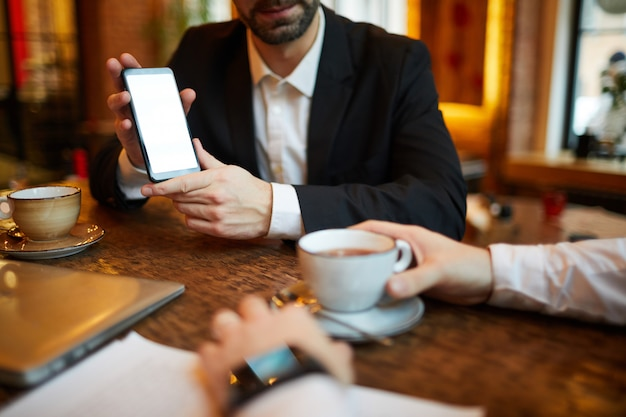 Homem de negócios que apresenta smartphone