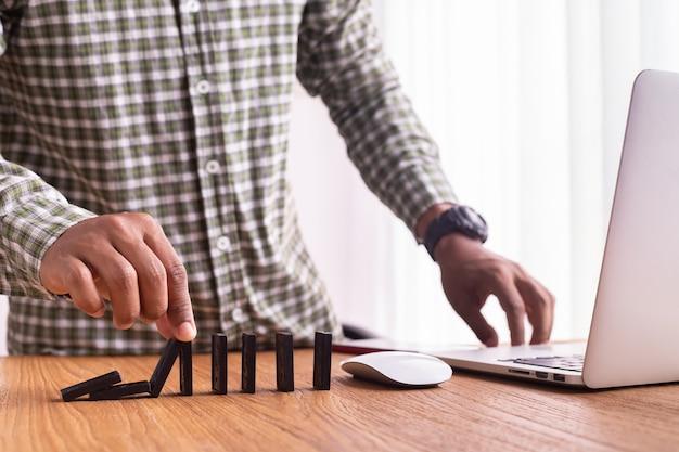 Homem de negócios que faz uma serra de vaivém, conceito do negócio bem sucedido.