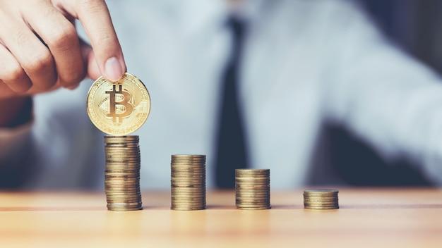 Homem de negócios que põe bitcoins e moedas que crescem o conceito. o sucesso das metas financeiras.