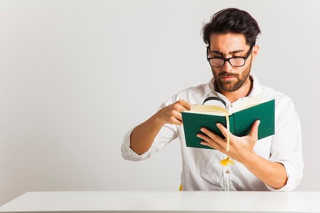 Homem de negócios que procura informações sobre um livro