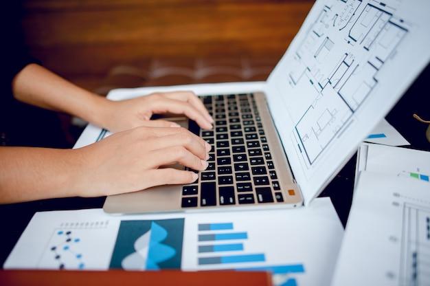 Homem de negócios que trabalha em um escritório do computador e gráficos em sua mesa. idéias de negócios e espaço para cópia.