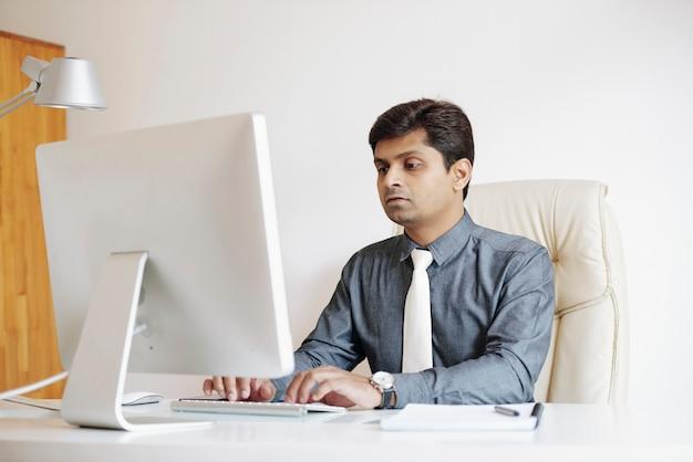 Homem de negócios que trabalha no computador