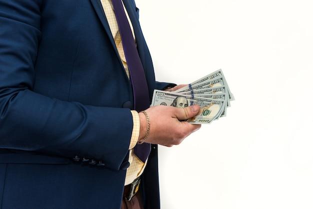 Homem de negócios segura e conta dinheiro