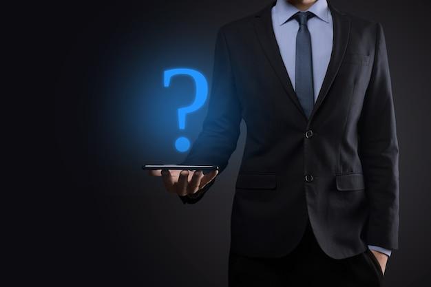 Homem de negócios segurando a mão da interface pontos de interrogação assinar web