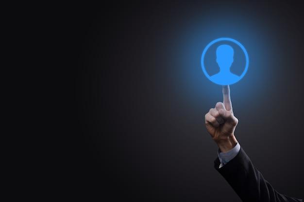 Homem de negócios segurando carrinho carrinho de compras na interface de pagamento digital empresarial