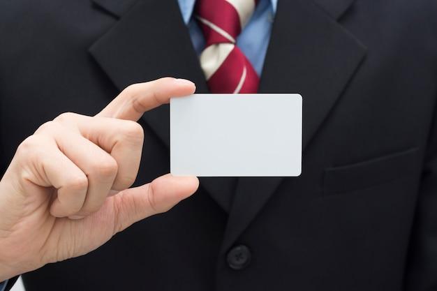 Homem de negócios, segurando o cartão branco